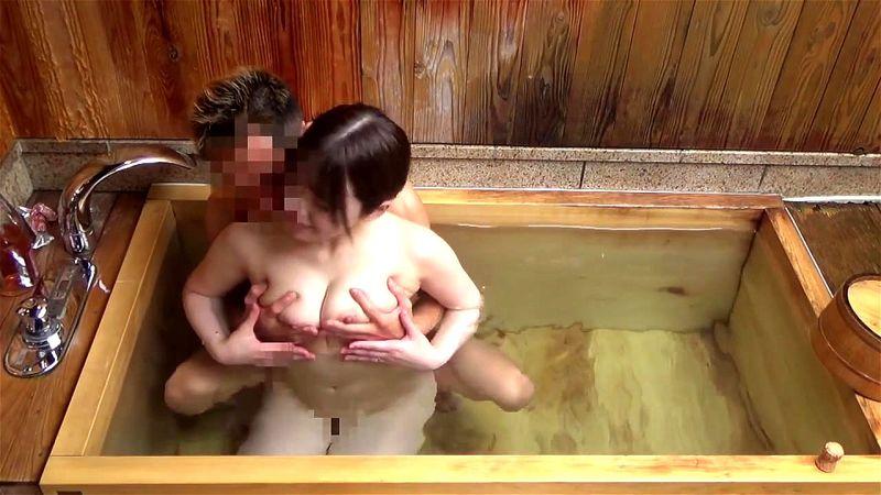 美女とおっさん 不釣合いな2人が酒を飲みながらお風呂で絡み合い中出し