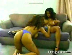 Vanessa Blue neukt een jonge jongen