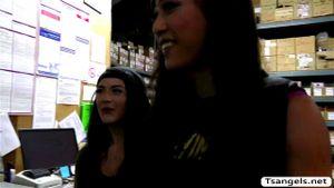 Schlanke asiatische Transe Venus Lux behandelt die dicke MILF Katrina Jade mit Muschihämmern