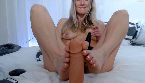 Sexy blonde Sam Flood plays on webcam