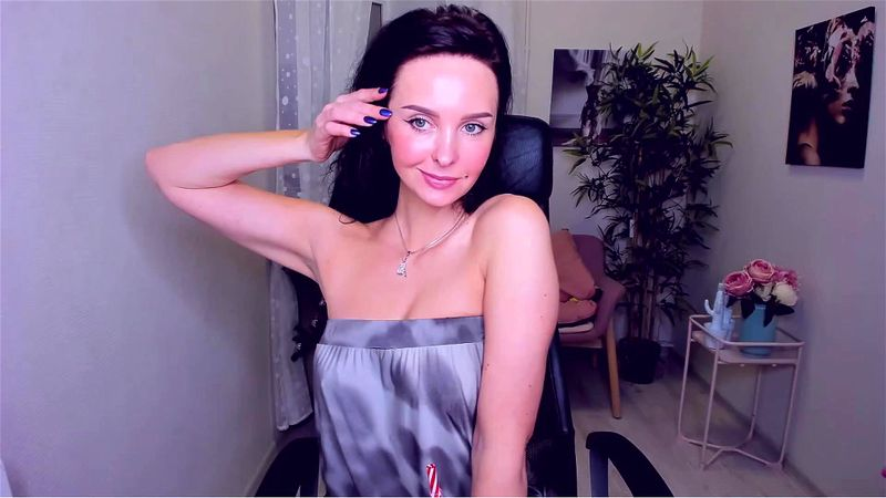 Beautiful MILF ViolaViolin teases on livechat